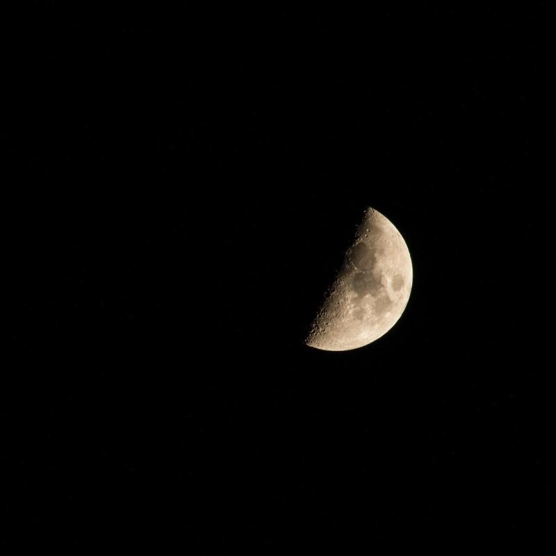 صور لـ #شهر #ليل #سماء_الليل #شهر #نصف