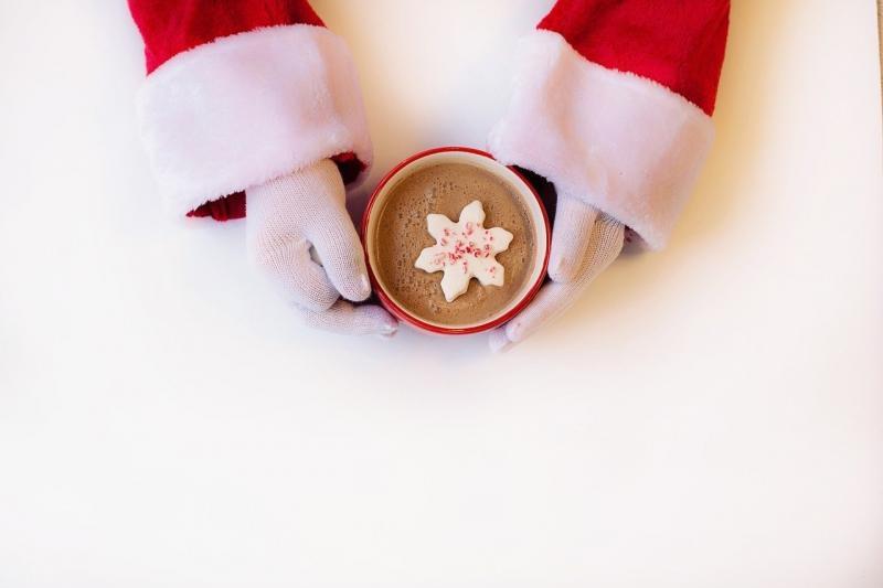 صور تحتوي #خلفية_بيضاء #عيد_الميلاد #سانتا_كلوز #شكولاته_ساخنة
