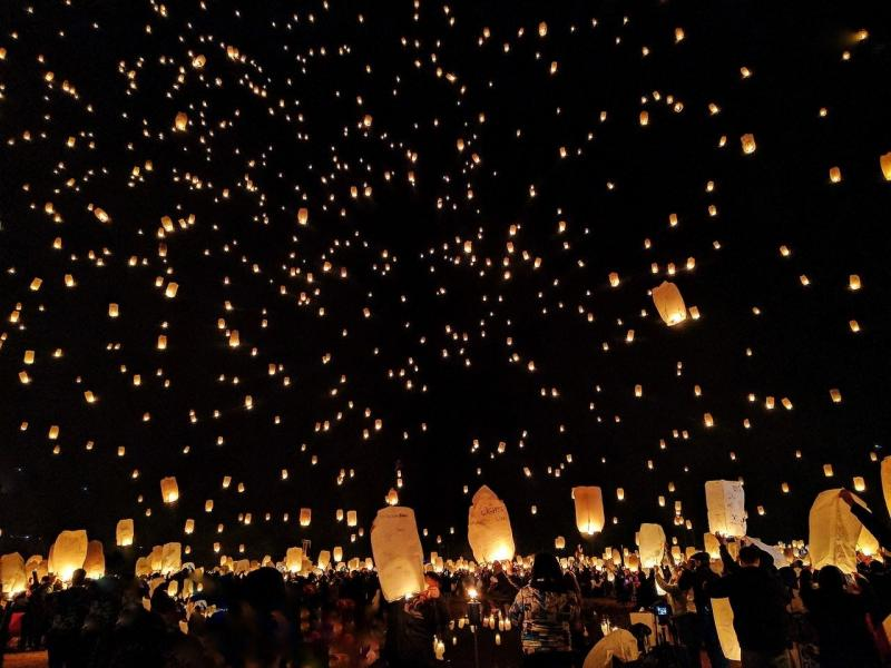 صور تحتوي #سماء #فانوس #احتفال #ليل #داكن #نار #حفل