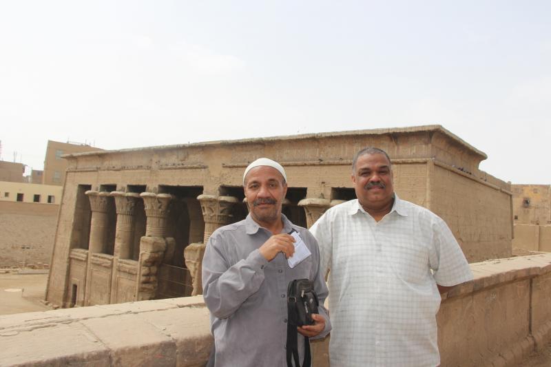 من خارج المعبد مع حمدى الطاهر